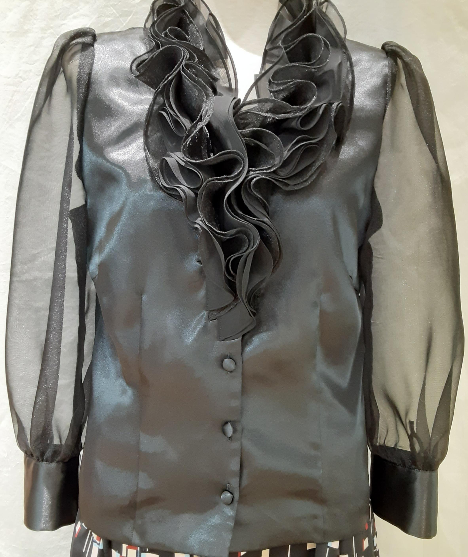 婦人のオーダーメイドのお洋服お仕立て致します。